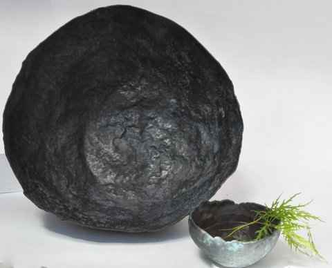 Kunstvoll hergestellte Schale aus witterungsbeständigem Kupfer.von Young Art Collection