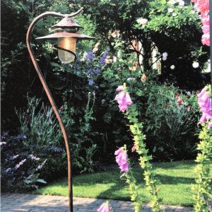 roße filigrane Stehlampe geschwungen verspielt harmonisch