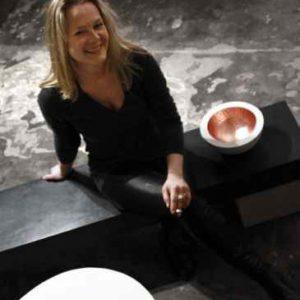 Brunen mit Sockel aus Keramik|Schale mit Silberkreise|Fliesen auf Balkon|Brunen mit Sockel aus Keramik|Brunen mit Sockel aus Keramik|22_10_b|Lichtschale schwarz gold|Brunnenschale aus Keramik im Garten|Lichtschale Keramik mit Kupfer|Silberschale|Lichtschalen