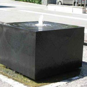 Brunnen aus Basalt außen