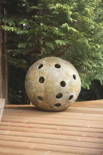 Gartenkugel Skulptur im Garten