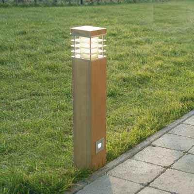 Holz Pollerleuchte und zusaetzlicher Spot