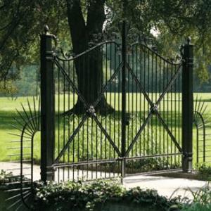 Zaun und Toranlagen