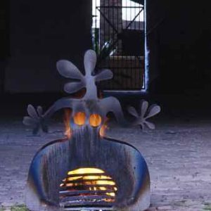 Außen Feuerstelle   Garten  Frau mit Feuer