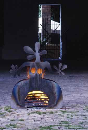 Aussen feuerstelle garten frau mit feuer terrassenofen des for Feuerstelle garten mit pflanzkübel außen beton