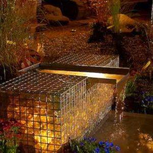 beleuchteter Wasserschwall Garten aus Gabionen