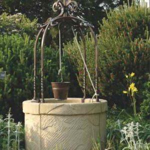 Brunnen mit Eimer Garten