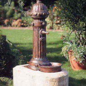 Brunnen mit Steinaufsatz Garten