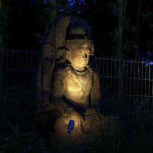 Buddhafigur nachts anstrahlen