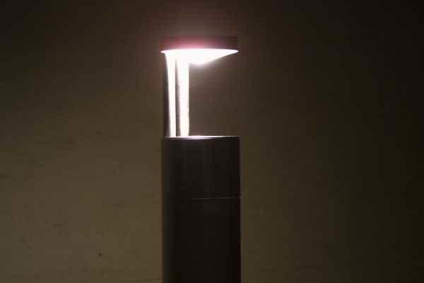 Das Licht reflektiert am Leuchtenkopf