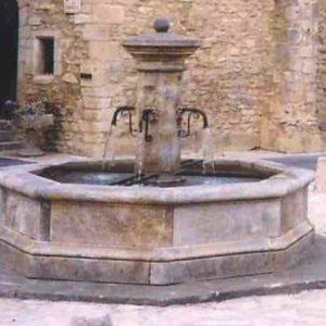 edler typische alter Hof Steinbrunnen Wasserbecken und Wasserhähne