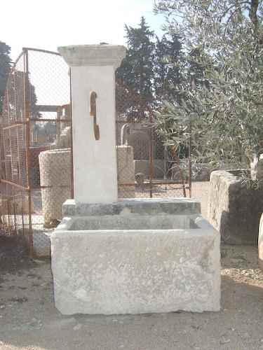 Beispiele restaurierter antik gartenbrunnen aus naturstein for Wasserbrunnen garten