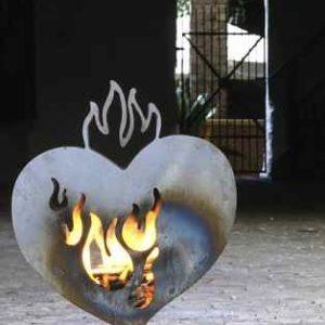 Feuerstelle Herz mit Feuer Terrasse Garten