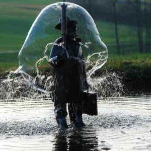 Figur Garten Wasserspiel Mann mit Regenschirm aus Wasser
