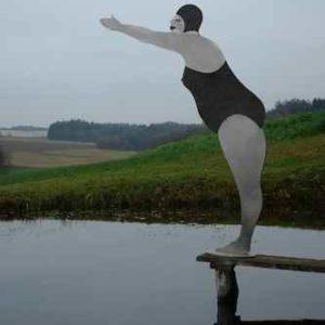 Frau Susanna Skulptur Garten sprint ins Wasser