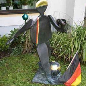 Fußballer Kunst Figur Garten Basche