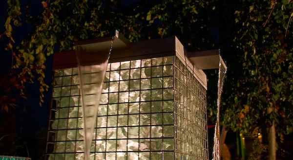 beleuchteter Gabionen Wasserfall für den Außenbereich