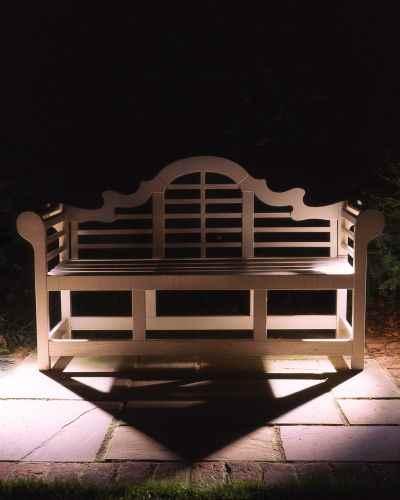 Gartenbank nachts mit Licht  in Scene gesetzt