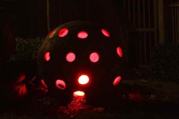 Gartenkugel Lichtskulptur rot leuchtend