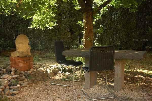 dicke massive tischplatte aus naturstein f r au en gartentisch. Black Bedroom Furniture Sets. Home Design Ideas