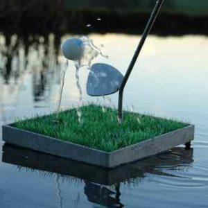Golfball tanzt auf dem Wasserstrahl