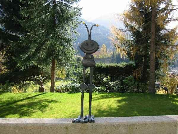 große Ameisenfigur Garten