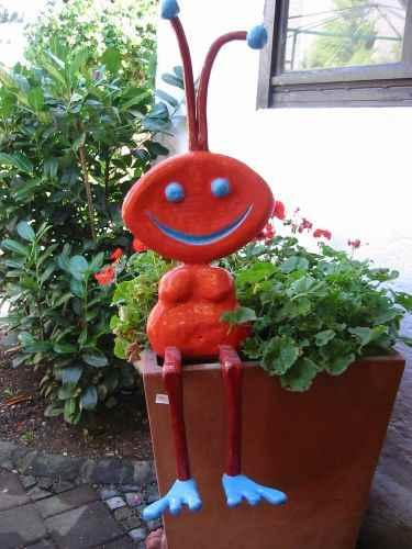 große rote Ameise Gartenfigur