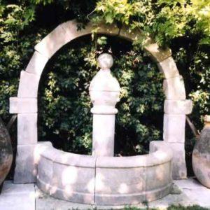 großer Naturstein  Wandbrunnen für Außen mit großem Bogen