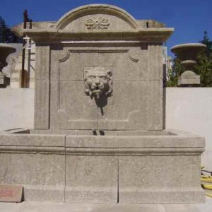 Großer Naturstein Wandbrunnen für Außen wie im Schloss oder alten Filmen