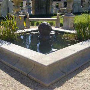 Großes Außen Wasserbecken aus Naturstein mit Springbrunnen in der Mitte