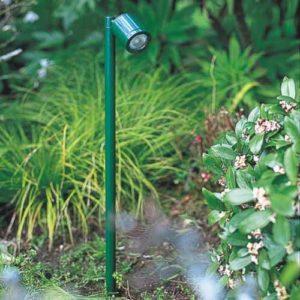 grüner Strahler Gartenspot im Beet