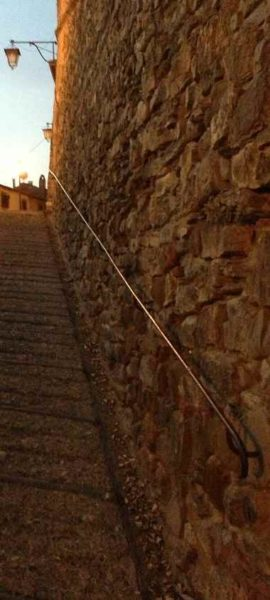 Handlauf historisch und stilvoll passend zur Stufenanlage