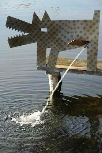 Hund Edelstahl pinkelt Brunnen Hund Skulptur außen Wasserspiel