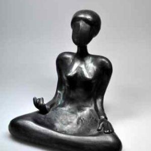 Kunstvolle Figur für außen strahlt Ruhe aus