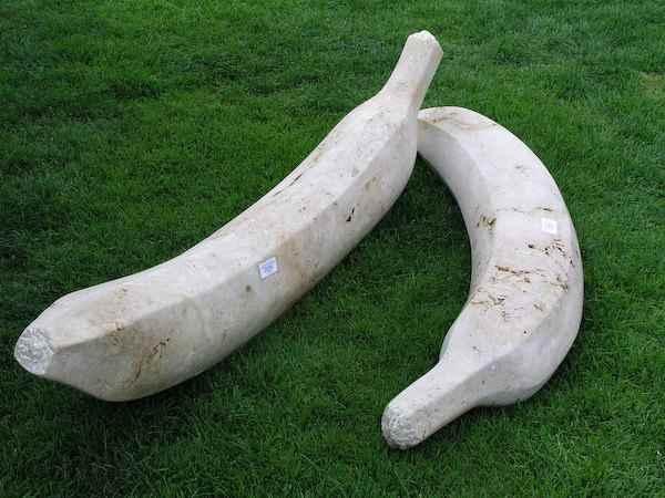 große Sitzbank außen Form wie Bananen Skulptur Figur Banane