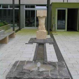 kunstvoller Brunnen außen