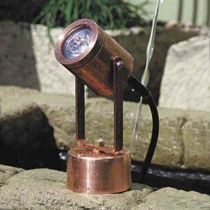 Lampe steht im Teich ohne Löcher