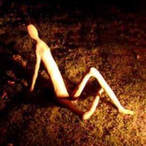 Menschliche Skulptur aus Beton draußen