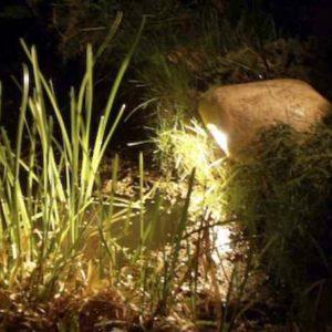 Natur Steinleuchte im Steingarten Stein mit eingebautem Strahler