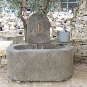 Naturstein Wandbrunnen Antik schlichte Form stehend außen mit ovalem Becken