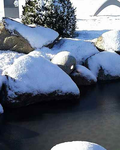 Natursteinleuchte Teich