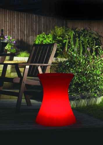 leuchtende beistelltische hocker f r au en im garten. Black Bedroom Furniture Sets. Home Design Ideas