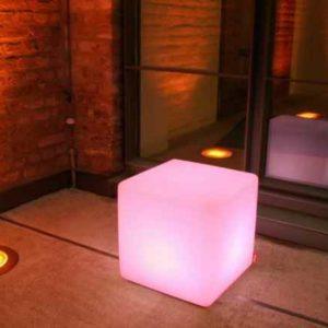 quadratische Lichtmöbel außen
