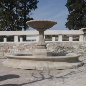 Riesiger Stein Gartenbrunnen mit großer stilvoller Wasserschale großem Wasser Auffangbecken