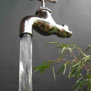 schwebend wirkender Wasserhahn welcher Wasser in den Eimer pumpt