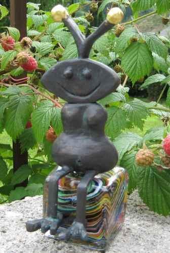 sitzende Gartenfigur Ameise