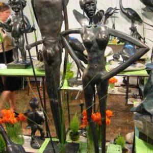 Skulptuen aus Kupfer in menschlicher Gestalt