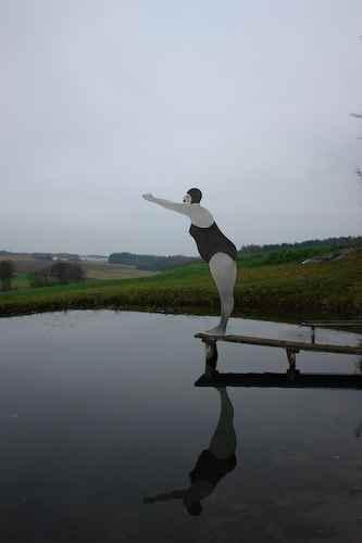 Skulptur am Teichrand Frau am Wasser