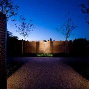 Skulptur im Garten angestrahlt