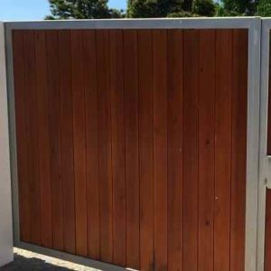 Tor mit Holzfuellung als Beispiel-Gartenleuchten.de